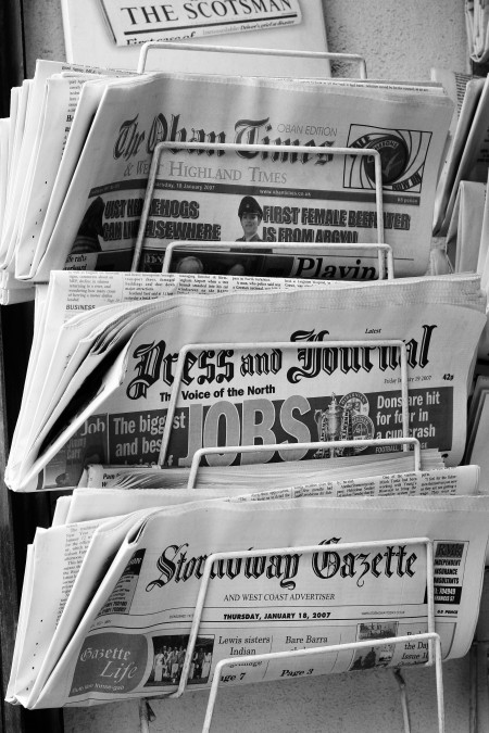 יש אנשים מגולגלים בתוך נייר עיתון