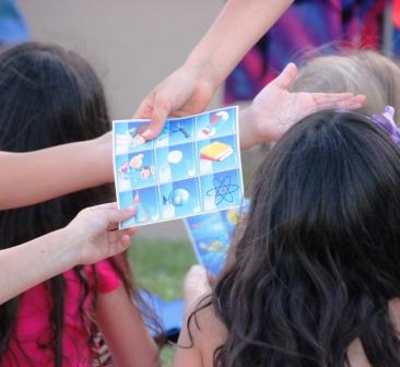 ילד יום הולדת מדעי מפעיל במסיבת מדע