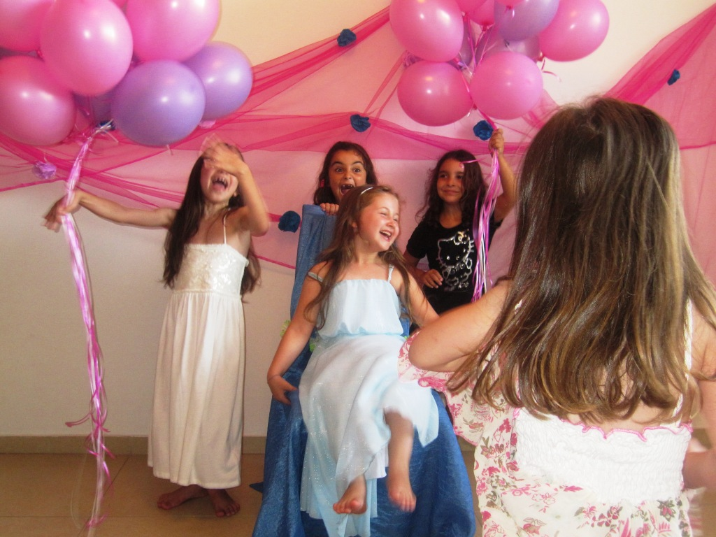 יום הולדת נסיכות - רעיונות ליום הולדת יום הולדת נסיכות - חגיגת יומולדת לבנות ולבנים הילדה חולמת על יום הולדת נסיכות?