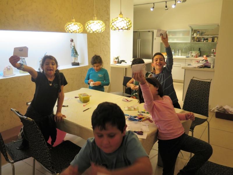 יצירה עם הילדים לחנוכה באנו צופן לחפש פעילות בבית לילדים לחנוכה